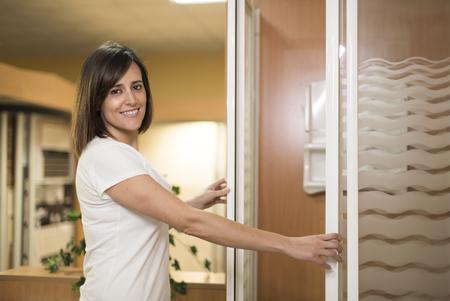 cabine de douche: Portrait de la belle femme adulte cabine ouverture de douche dans la salle de magasin de meubles