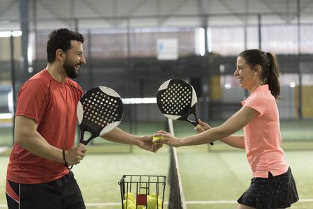 Paddle tennis couple joueurs prêts pour la classe Banque d'images - 102526173