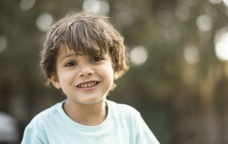 little three years old boy portraits in summer afternoon smiling Stockfoto