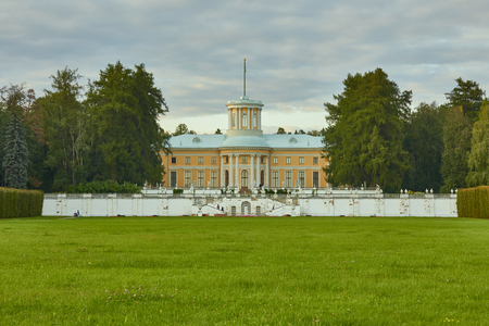 palacio ruso: Moscow Oblast, Russia - August 26, 2016: Grand Palace of Arkhangelskoye estate. The object of the cultural heritage of the Russian Federation 5010216000. Moscow Oblast, Russia.