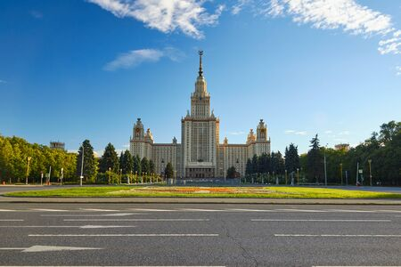 Park in front of the building of the Moscow State University Фото со стока