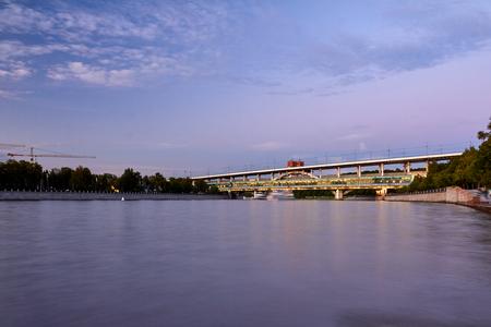 夕暮れ時の河川交通量の都市景観