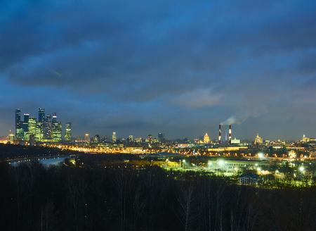 背景に高層ビル、前景に川のある森を持つモスクワの街並み