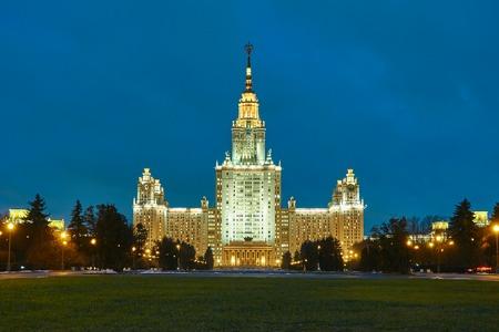 イルミネーションを備えた夜のスターリン建築のスタイルで大学の超高層ビル 写真素材