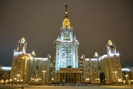 夜に照らされたスターリン建築のスタイルで建物 報道画像