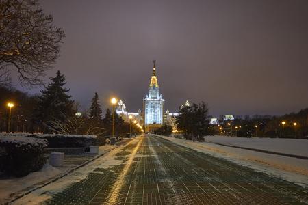 夜に照らされたスターリン建築のスタイルで建物 写真素材