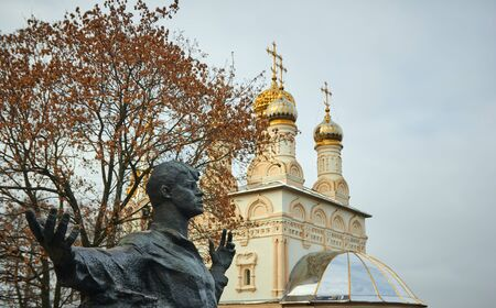 Ryazan, Russia - November 05, 2017: Monument to Sergei Yesenin on the background of the Church Редакционное