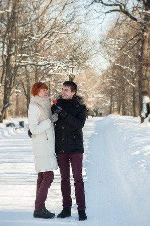couple winter: Couple hug in winter park