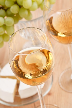 Bodegón con racimo de uvas y vino blanco