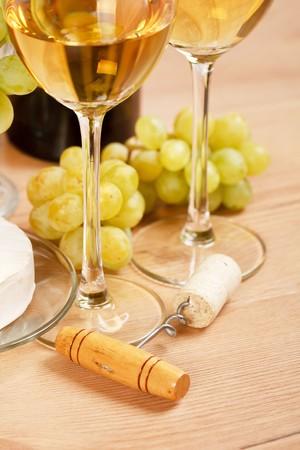 Bodeg�n con racimo de uvas y vino blanco  Foto de archivo - 7266140