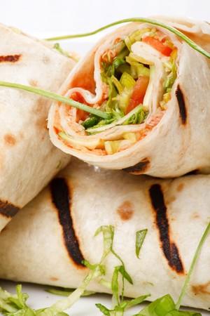 sandwich au poulet: Tortilla Wrap coupe dans Half  Banque d'images