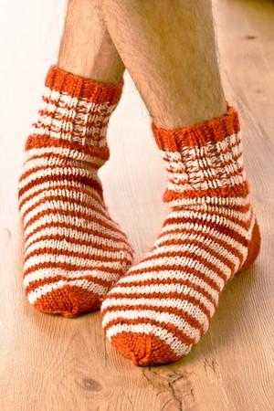piernas hombre: piernas de hombre en calcetines de tira