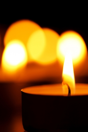 luz de velas: velas en la oscuridad  Foto de archivo