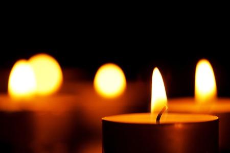 espiritu santo: velas en la oscuridad  Foto de archivo