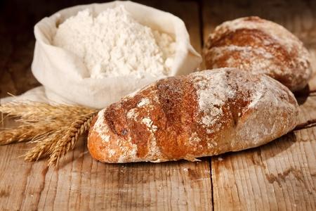 harina: pan fresco sobre la mesa Foto de archivo