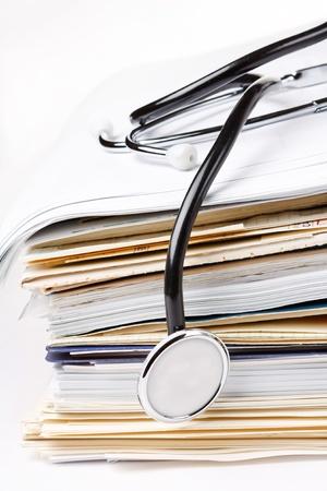 equipos medicos: estetoscopio en la pila de papel