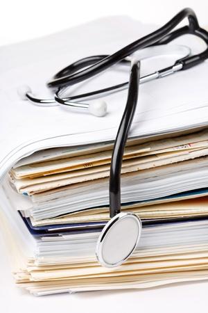 medische instrumenten: stethoscoop op de stapel papier Stockfoto
