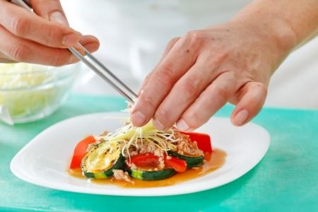 Szef kuchni przygotowywania żywnoÅ›ci  Zdjęcie Seryjne