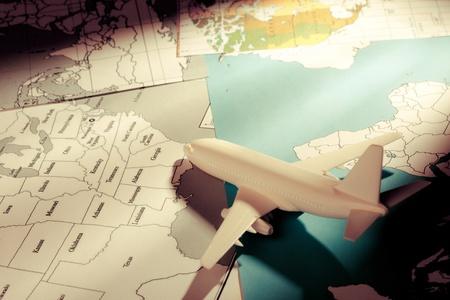 negocios internacionales: avi�n de pasajeros con un mapas Foto de archivo