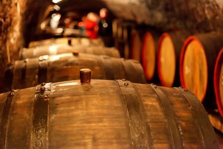 cave: ancienne cave � vin avec des barils