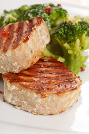 fine fish: tuna steak with broccoli