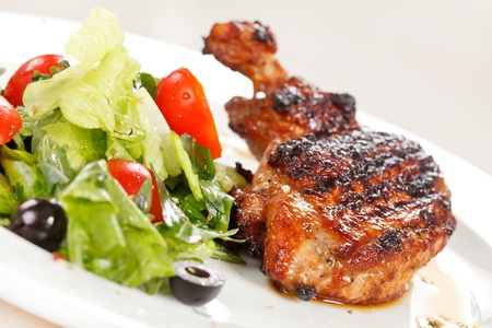 pollo rostizado: Muslo de pollo asado con ensalada