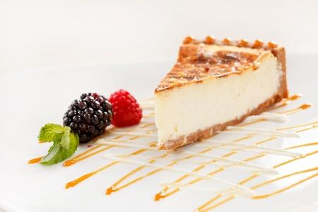 queso blanco: pastel de queso con dulce de leche y bayas