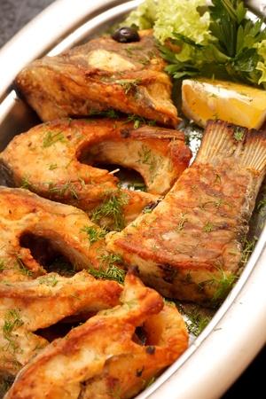 plato de pescado: filete de carpa frita