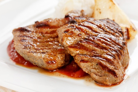 배와 구운 돼지 고기 스테이크