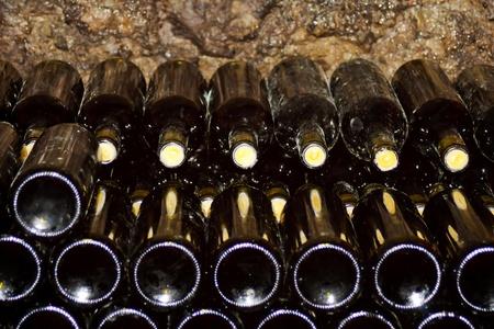 intoxicant: Bottiglie di vino a righe in cantina Archivio Fotografico