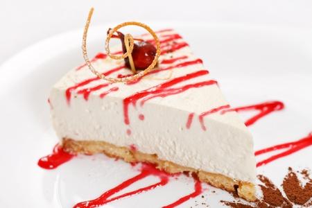 porcion de torta: pastel de queso con salsa de