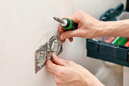 Les mains d'un électricien