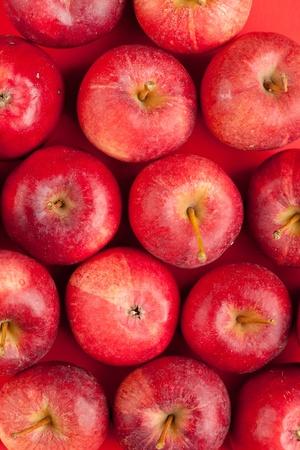 manzana roja: de fondo con las manzanas frescas rojas