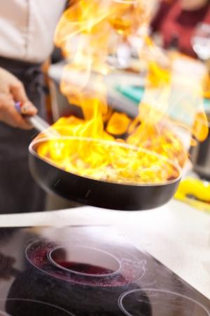 aceite de cocina: olla en el fuego Foto de archivo
