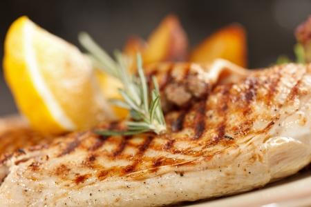 pechos: pollo con patatas asadas Foto de archivo
