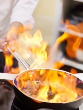 chef cocinando: olla en el fuego Foto de archivo