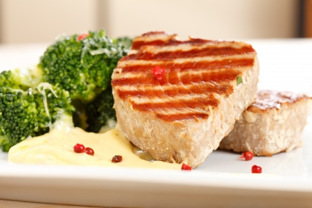 tuna fillet: tuna steak with broccoli