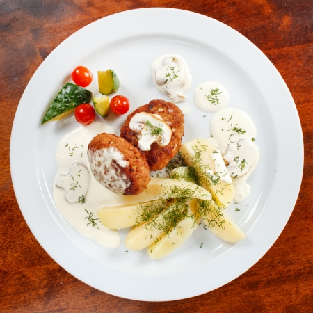 l nutrient: cutlets with fresh vegetables