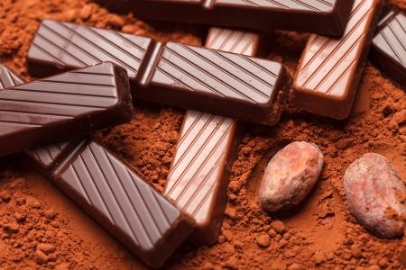 cacao beans: de chocolate con granos de cacao Foto de archivo