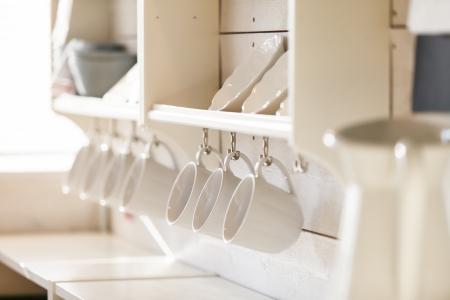 geöffnet Schrank mit Geschirr innen