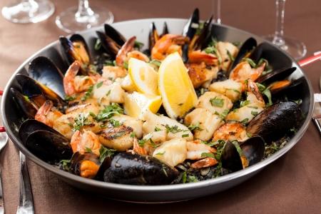 plato de pescado: paella de marisco en la sartén Foto de archivo