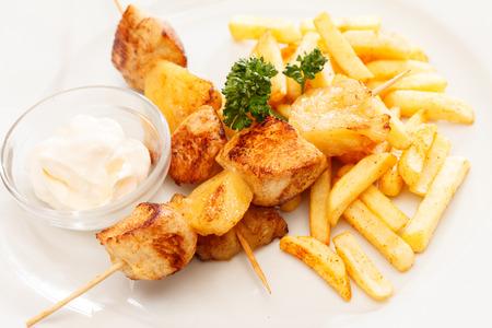 Brochettes de poulet avec frites Banque d'images - 26394954