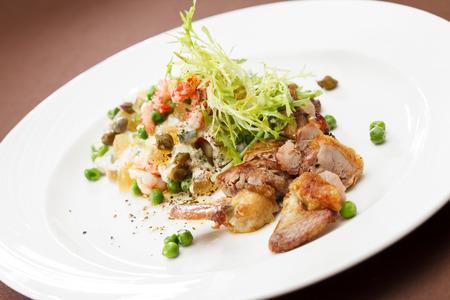 huzarensalade: Russische salade met kwartel Stockfoto