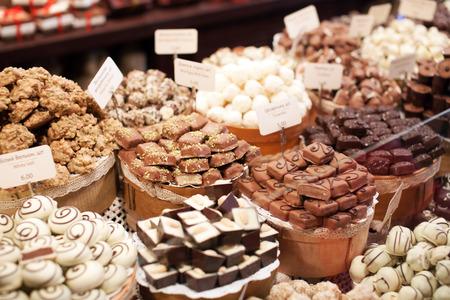 postres: dulces de chocolate en la tienda Foto de archivo