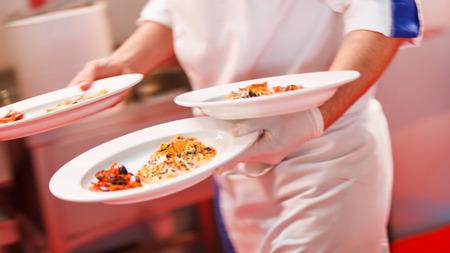 Kellner ein Platten tragen Standard-Bild