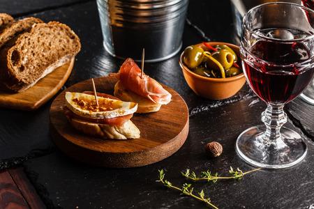 pan y vino: Cena espa�ola cocina y se sirve en la mesa Foto de archivo