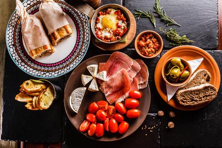 スペイン料理の夕食を調理し、テーブルに提供しています