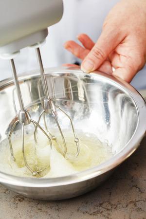 Mischen weißes Ei-Creme in eine Schüssel geben