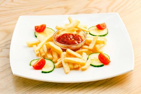 comida chatarra: Papas a la francesa con salsa de tomate