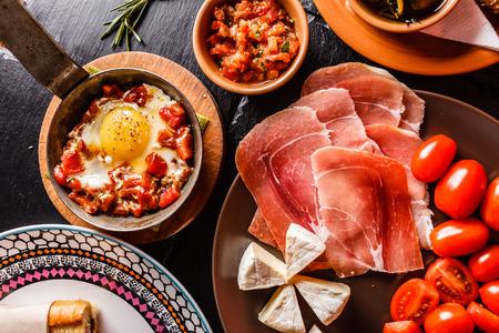comida gourmet: Cena española cocina y se sirve en la mesa Foto de archivo